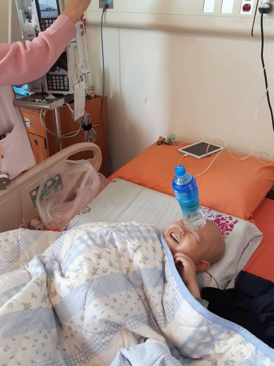 癌童黃琥淵「特技表演」呈現躺在病床,卻依舊以笑臉面對生活照,獲得攝影比賽首獎。...
