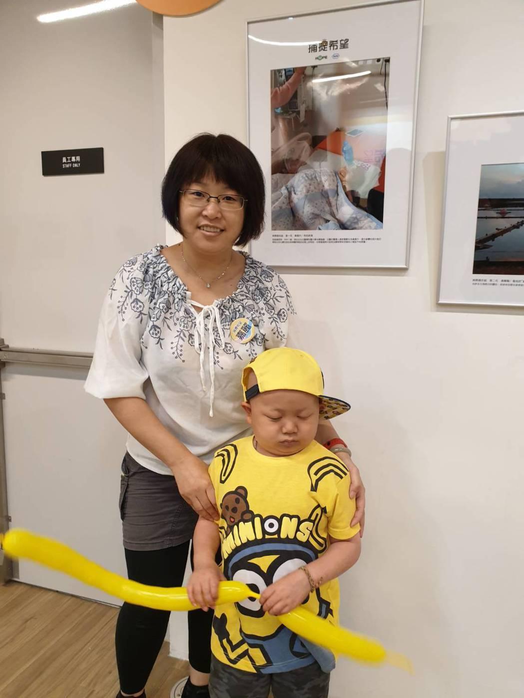 黃媽媽鄧嘉麗說,為了與疾病對抗,兒子從小吃藥、打針都不會哭鬧,而且還會盡其所能逗...