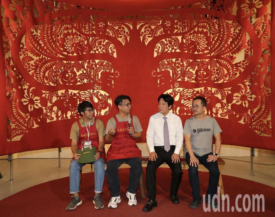 行政院前院長賴清德(右二)下午參觀文博會展覽,聽取導覽人員解說。記者許正宏/攝影