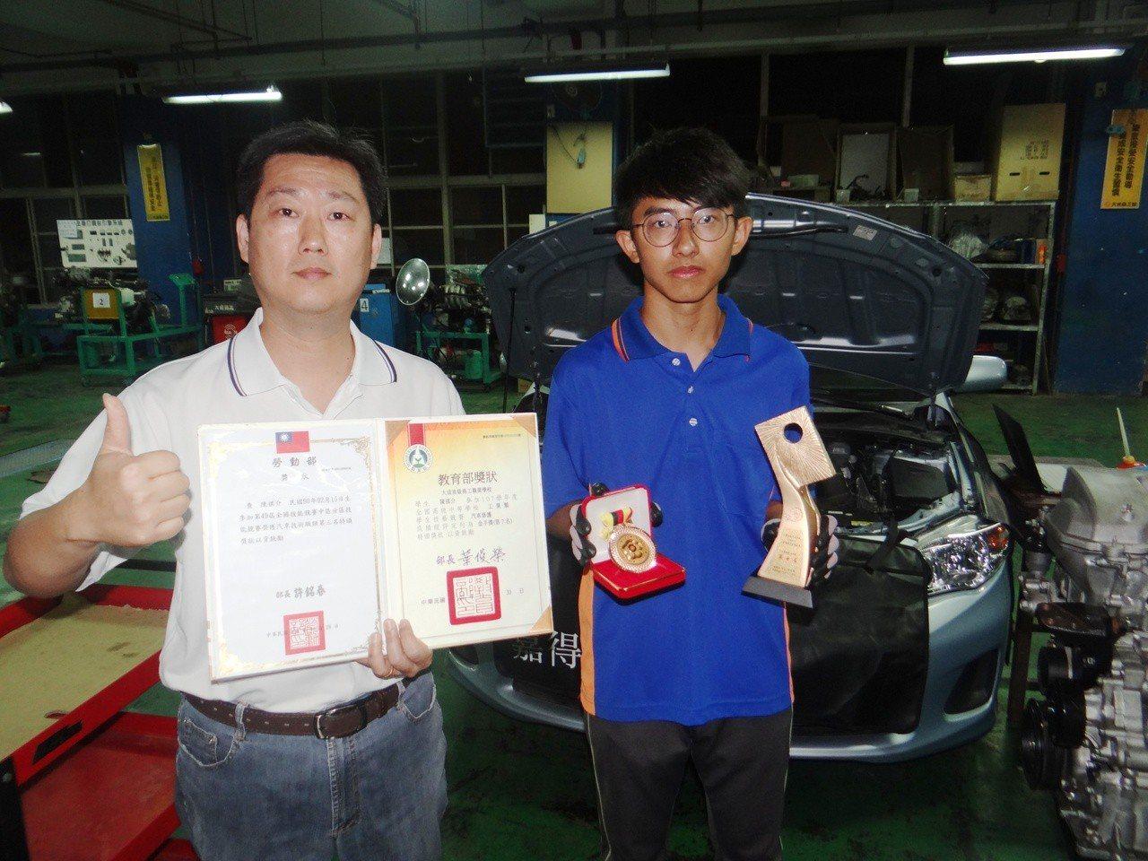 勞動部加碼技能大賽獎金,圖為學生在全國技能賽中最困難的引擎修護獲得銅牌並拿下金手...