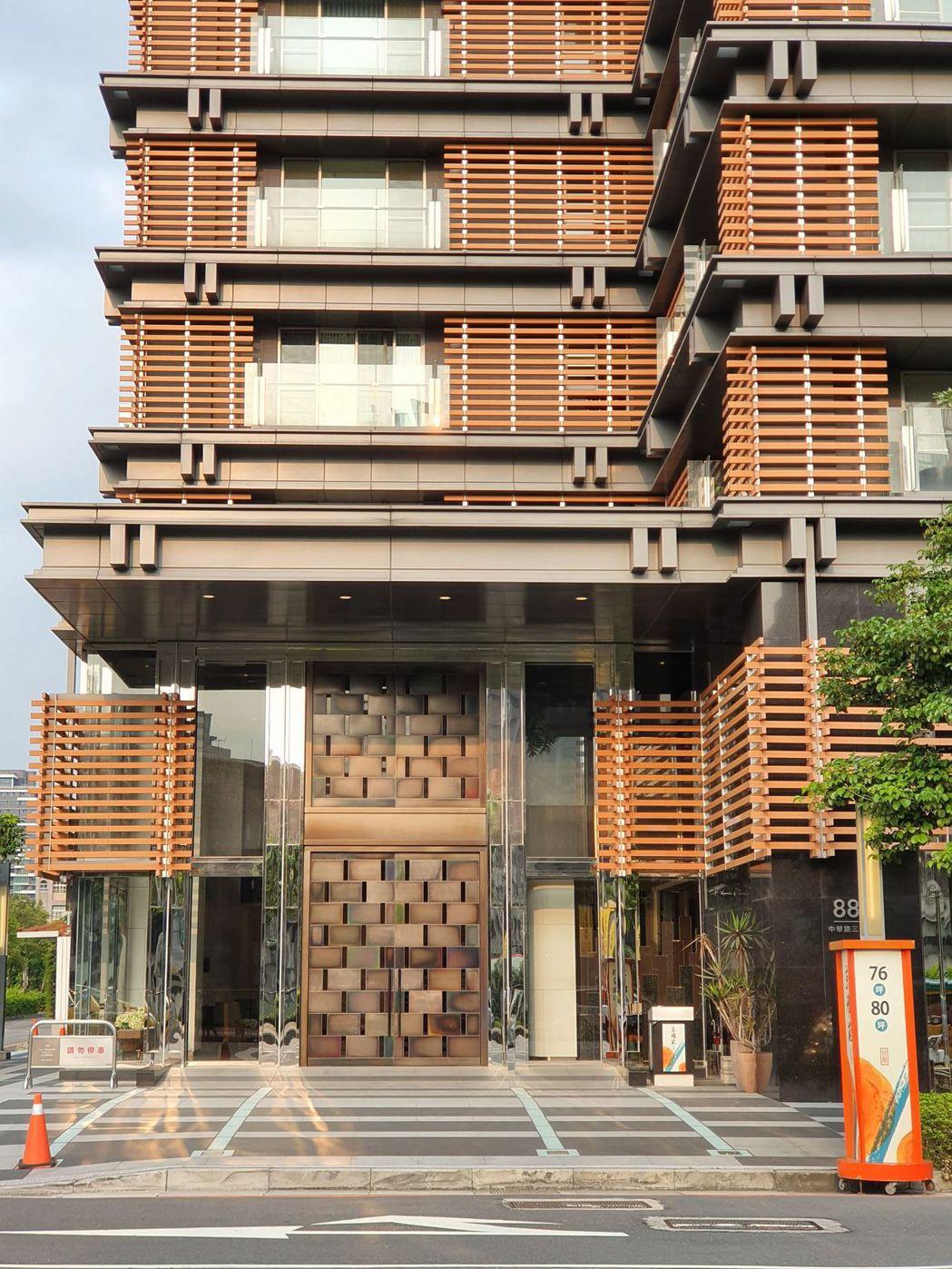 吳奇隆在新莊的豪宅,大門可說是門禁森嚴,完全看不到裡面。記者陳慧貞/攝影
