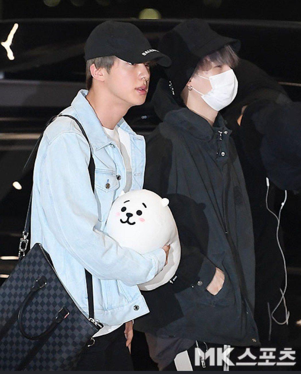 Jin帶著抱枕相當吸睛。圖/摘自日刊體育
