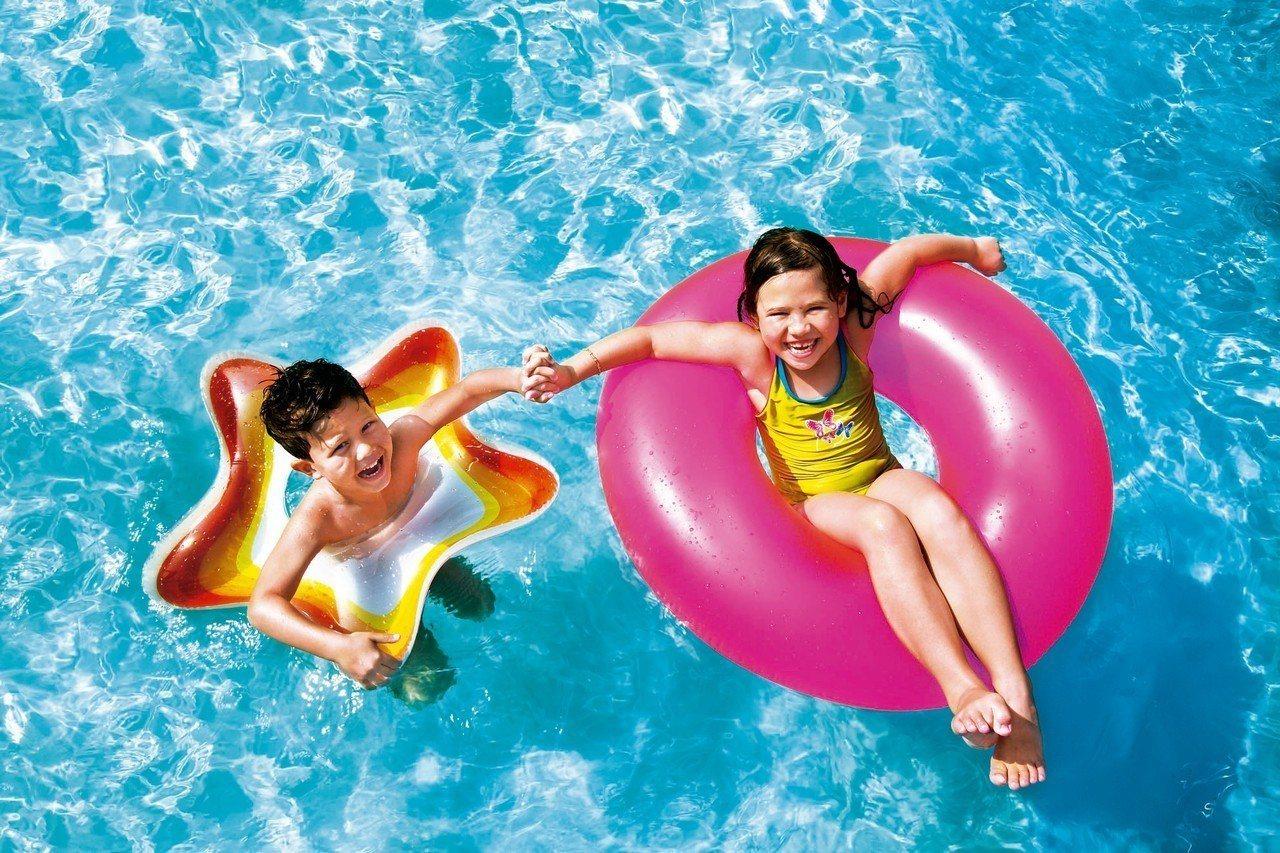 大人游泳、小孩戲水,海上假期不無聊。 圖/麗星郵輪提供