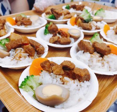 高雄市立聯合醫院29日舉辦滷肉飯創意大賽,獲得冠軍的滷肉飯,在又油又香的滷肉飯上...