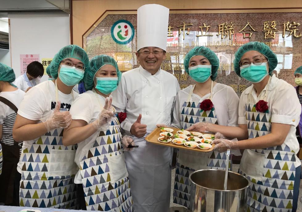 高雄市立聯合醫院昨舉辦滷肉飯創意大賽,有民眾、病患家屬和員工報名參加,最後由該院...