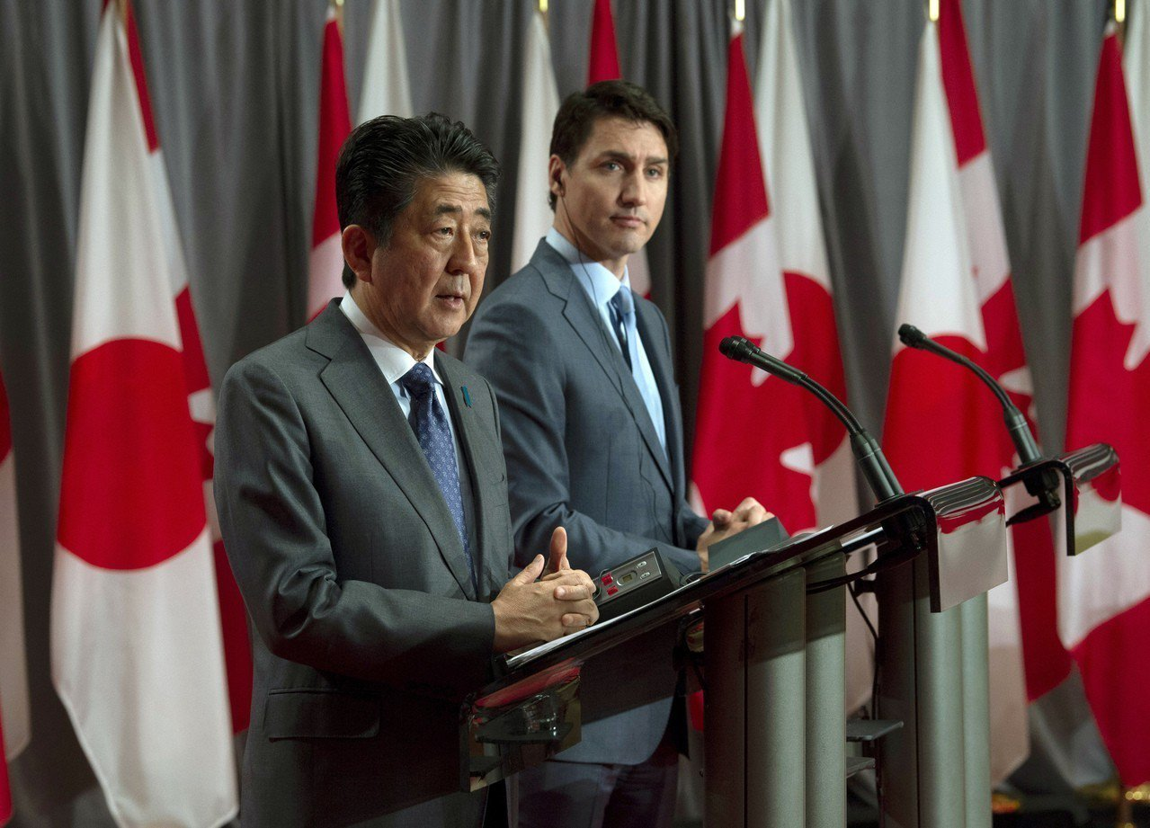 日本首相安倍晉三(左)與加拿大總理杜魯多的聯合記者會中,曾表達推動WTO改革決心...