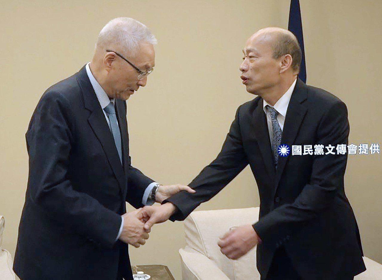 高雄市長韓國瑜(右)下午與國民黨主席吳敦義(左)會面,兩人交談氣氛融洽,還應攝影...