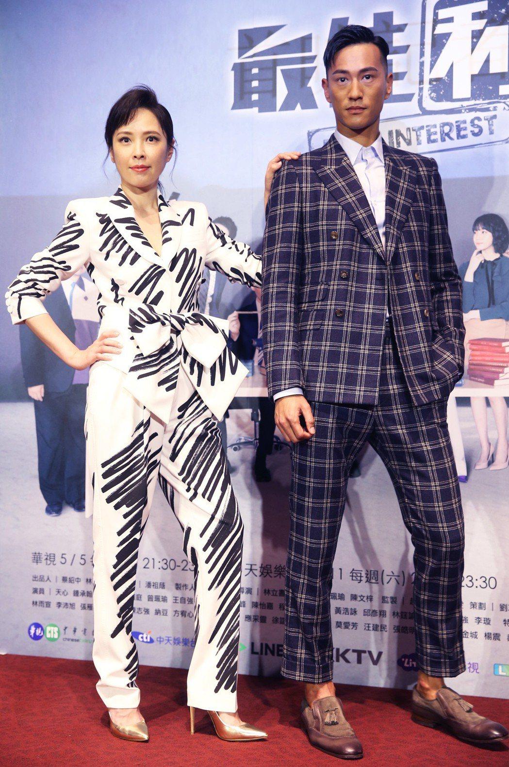 華視、中天最新戲劇《最佳利益》在台北華山光點舉行首映記者會,主要演員鍾承翰(右)...