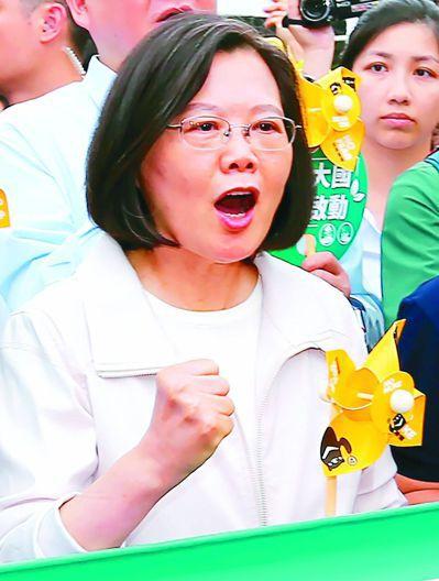 蔡英文參加反核遊行,被柯文哲酸「終究我們也不能用愛發電」。 圖/聯合報系資料照片