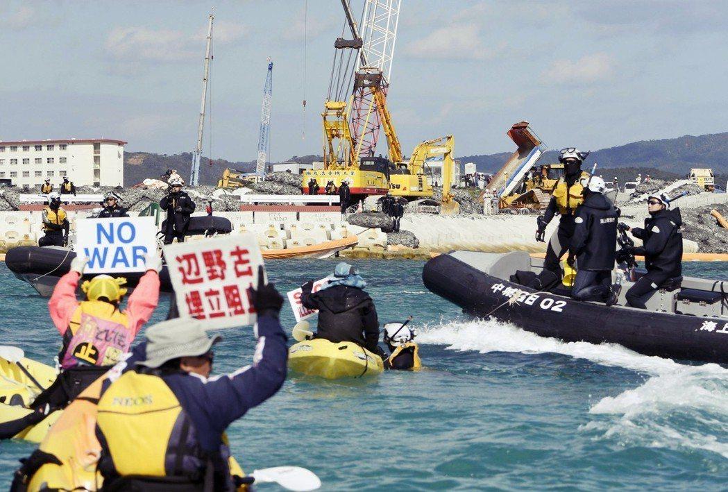 2月24日「天皇在位三十年紀念儀式」舉行的同時,沖繩正針對邊野古基地的工程計畫舉...