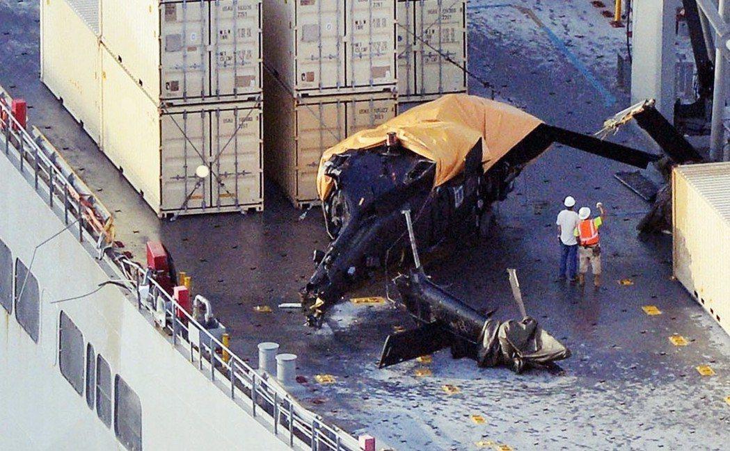 直到現在,因美軍而生的問題仍不斷在沖繩發生。圖為2015年,美國陸軍的黑鷹直升機...