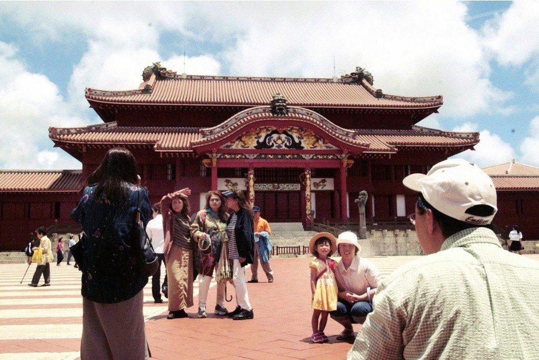 在琉球王朝的宮殿「首里城」前,導遊卻說「沖繩人不認為自己是日本人」,打破我在心中...