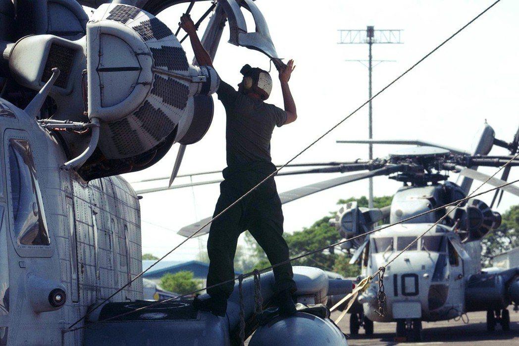 圖為克拉克基地,移防中的美軍陸戰隊航空部隊。美軍大舉移駐沖繩嘉手納,以強化沖繩的...