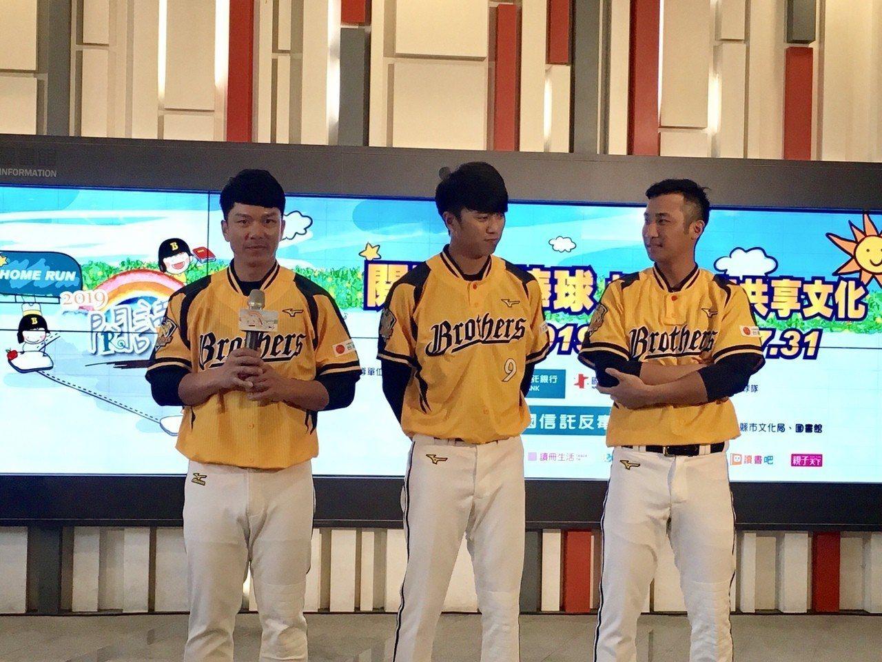 (左起)陳思齊、王威晨、林書逸,三位活動形象大使上台分享自己的閱讀經驗。(圖/攝...