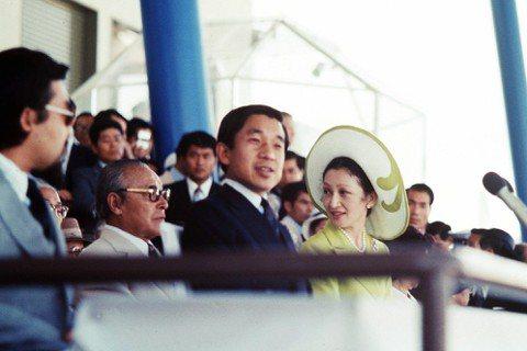 1975年明仁訪問沖繩,參加沖縄國際海洋博覽會的開幕。自明仁的皇太子時代開始,便...