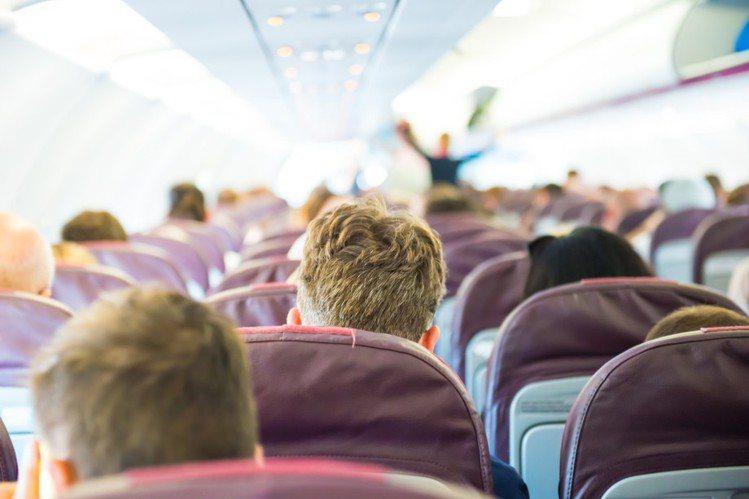 無論是搭公車、火車或坐飛機,後座乘客的脫序行為都相當令人抓狂。示意圖,圖片來源/...