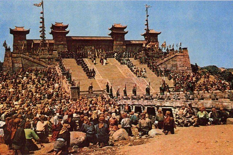 《西施》在北海岸白沙灣搭建出的禹王廟布景。華語影史上的重要一刻,也是台灣影壇空前...