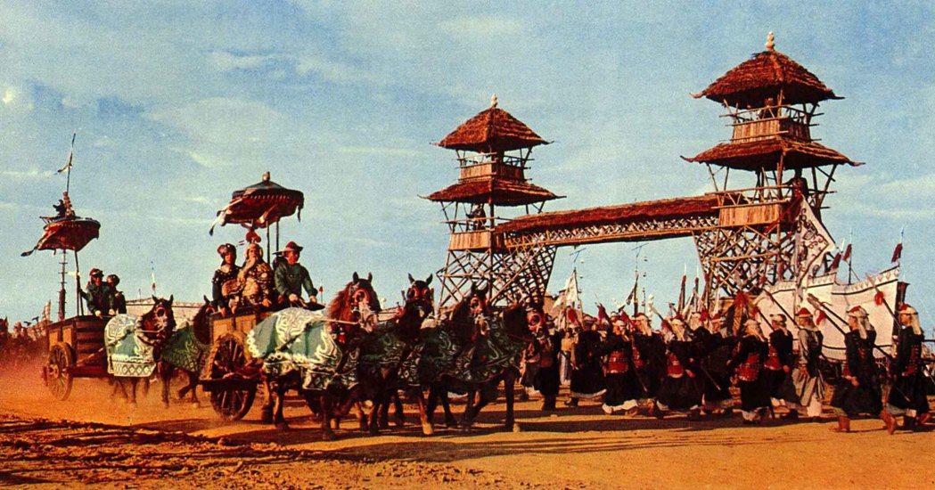 《西施》劇組在台中后里籌備半年餘,訓練馬匹拉戰車、演戲,拍出壯闊驚人的古戰場戲及...