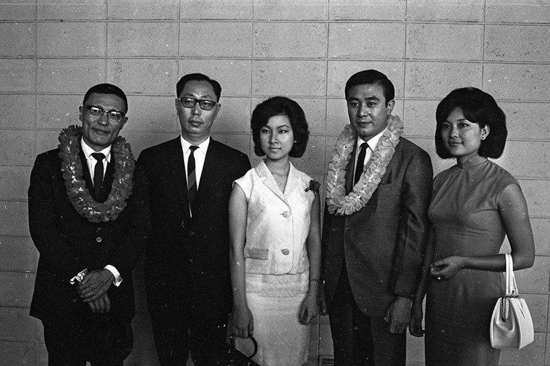 圖為1965年6月,《藍與黑》影星關山(右二)、導演陶秦(左一)與《藍與黑》作者...
