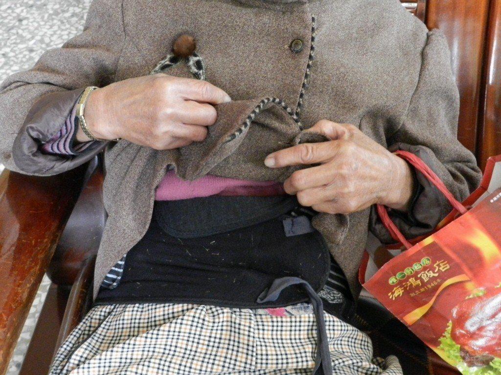 老人家穿戴護腰。報系資料照