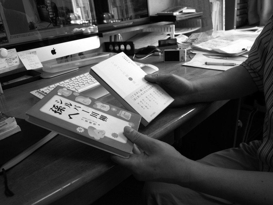 集結每期〈銀髮川柳〉成八冊書籍。(攝影影山裕樹)