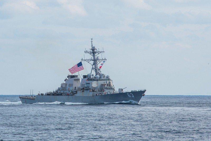 4月28日,美國史塔森號驅逐艦穿越台海。 圖/路透社