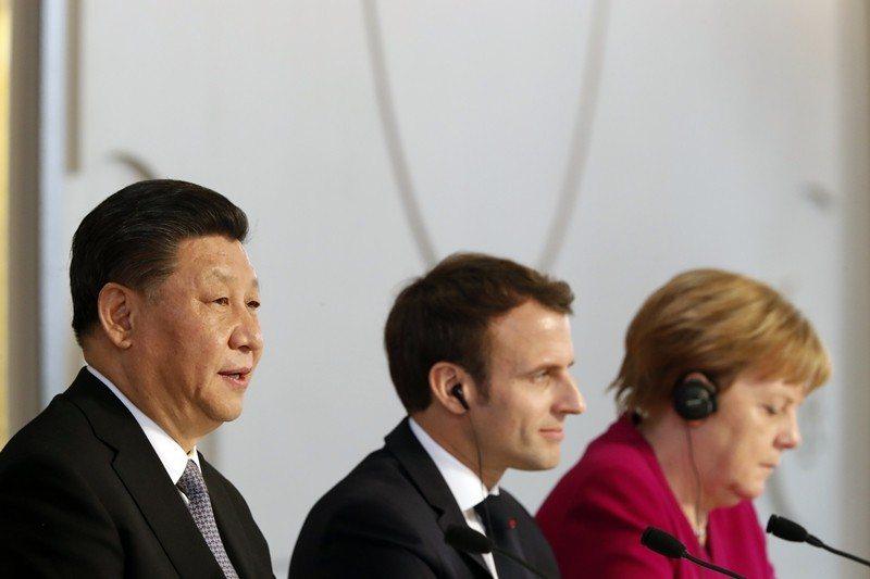圖為3月26日,中國領導人習近平、法國總統馬克宏及德國總理梅克爾,於巴黎愛麗舍宮...