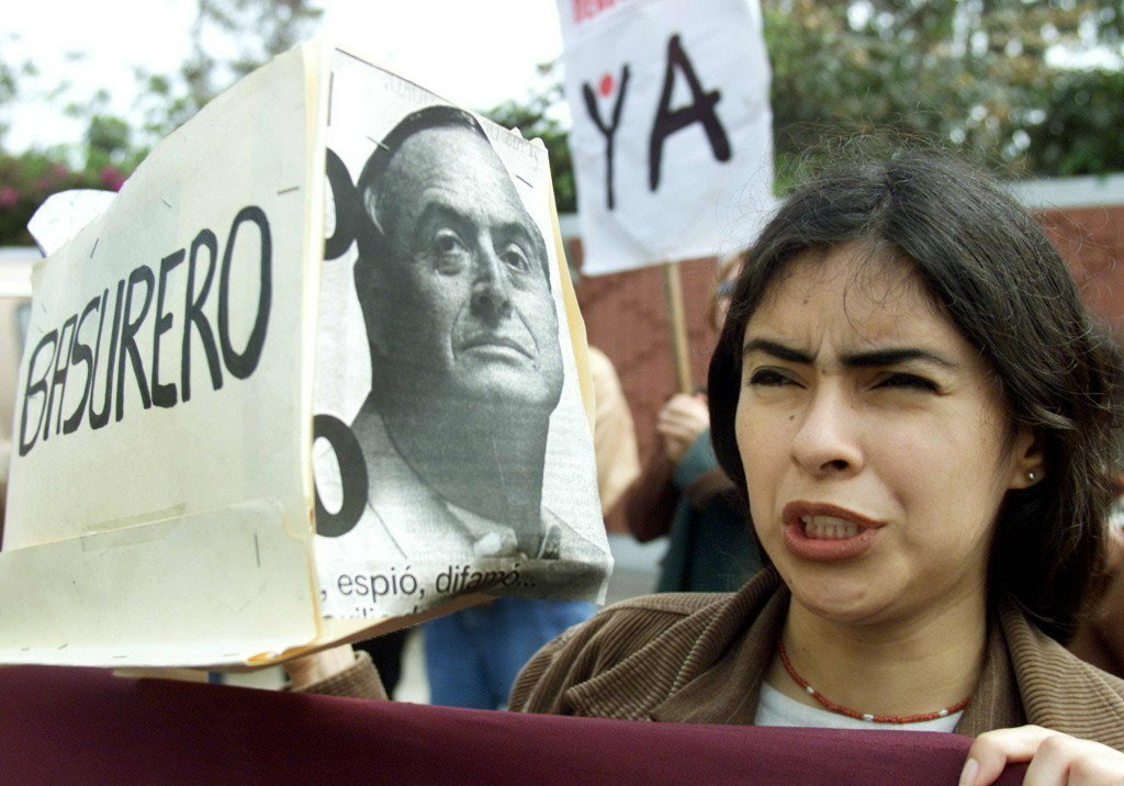 一名秘魯示威者認為蒙特西諾斯是「垃圾」。 圖/路透社