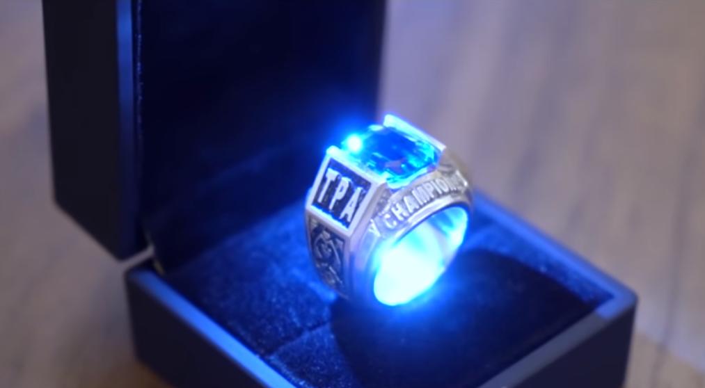 這枚刻著TPA之名的冠軍戒指,代表的是王者的榮譽與象徵/圖片截自Toyz You...
