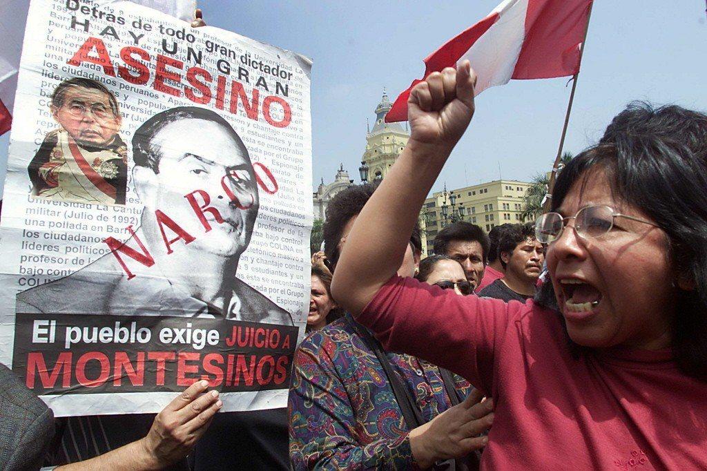 一名秘魯婦女對著藤森海報表達不滿。 圖/美聯社