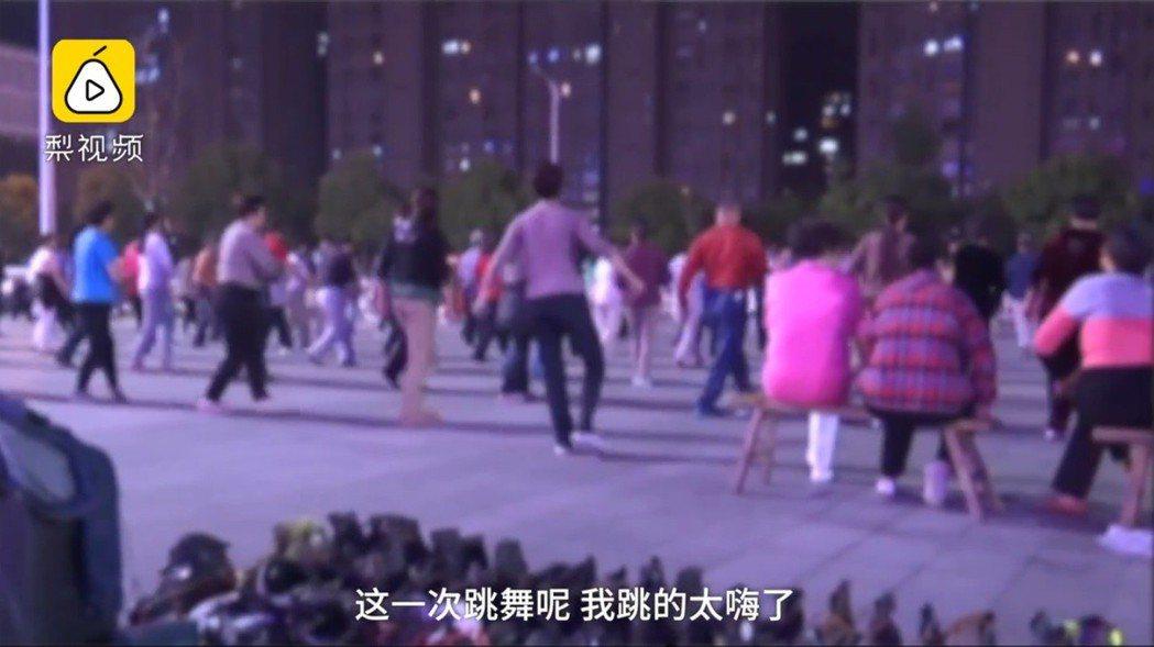 中國大陸徐州一名六旬大媽,日前跳廣場舞太過興奮,導致子宮掉落,送醫手術後已逐漸恢...