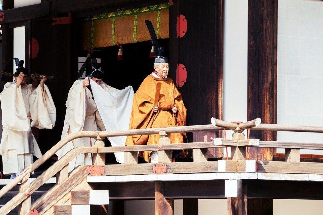 日皇明仁上午穿著自中世紀平安時代起天皇主持儀式的「黃櫨染御袍」正式退位。(圖/聯...