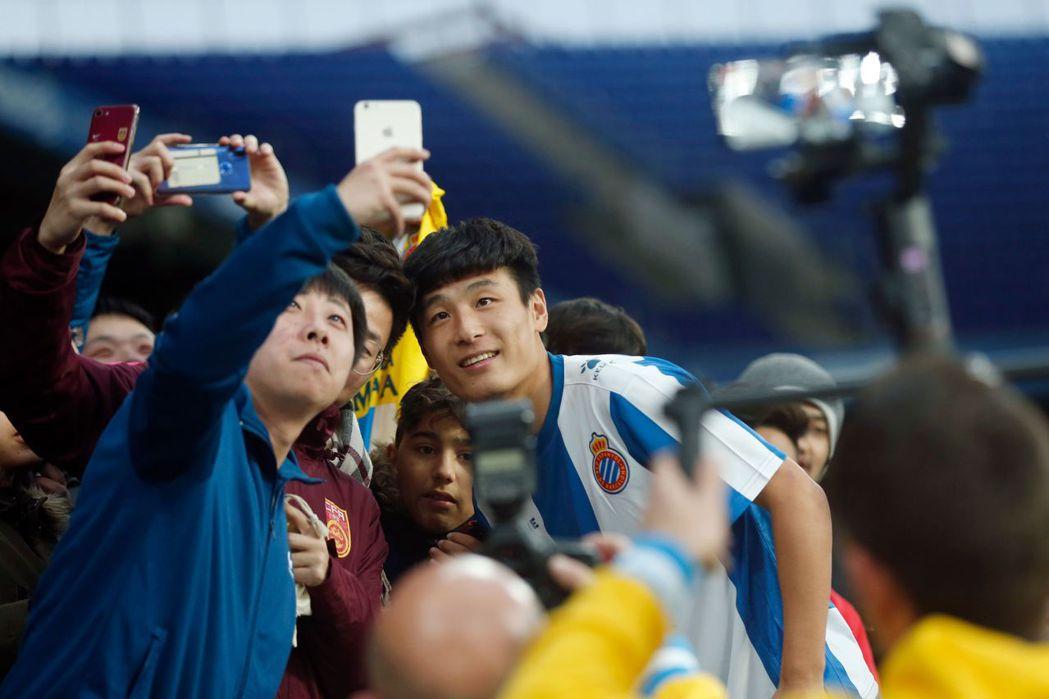 其實時至今日,仍有部分老一輩的中國足壇人士們,是以「去西天取經」的想法,在看待球...