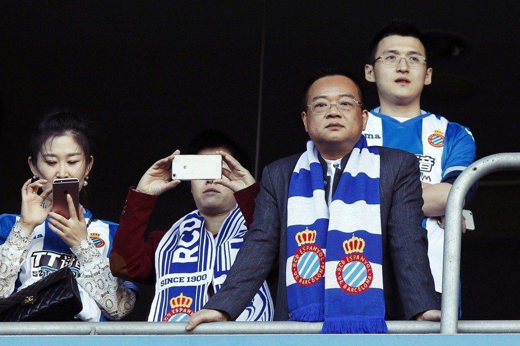 來自中國廣東的玩具大亨陳雁升(右二),是首位能在歐洲五大聯賽中,真正掌握一支球隊...