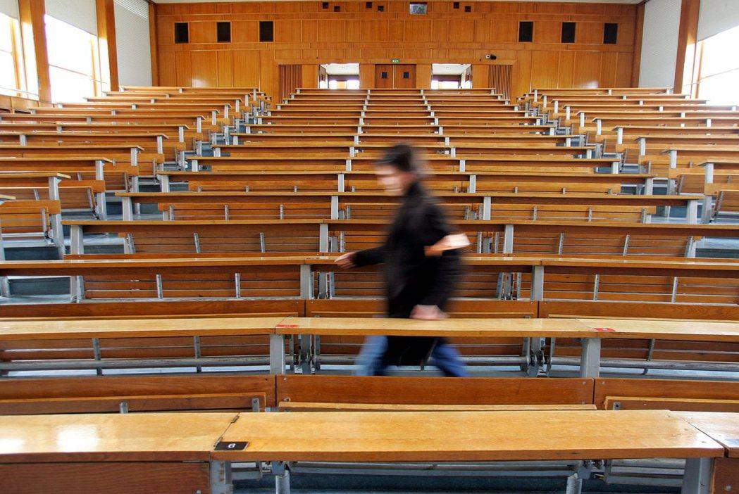 在撙節、大學市場化的政府路線下,學費調漲遲早將擴及所有的高教學生。高等教育將可能...