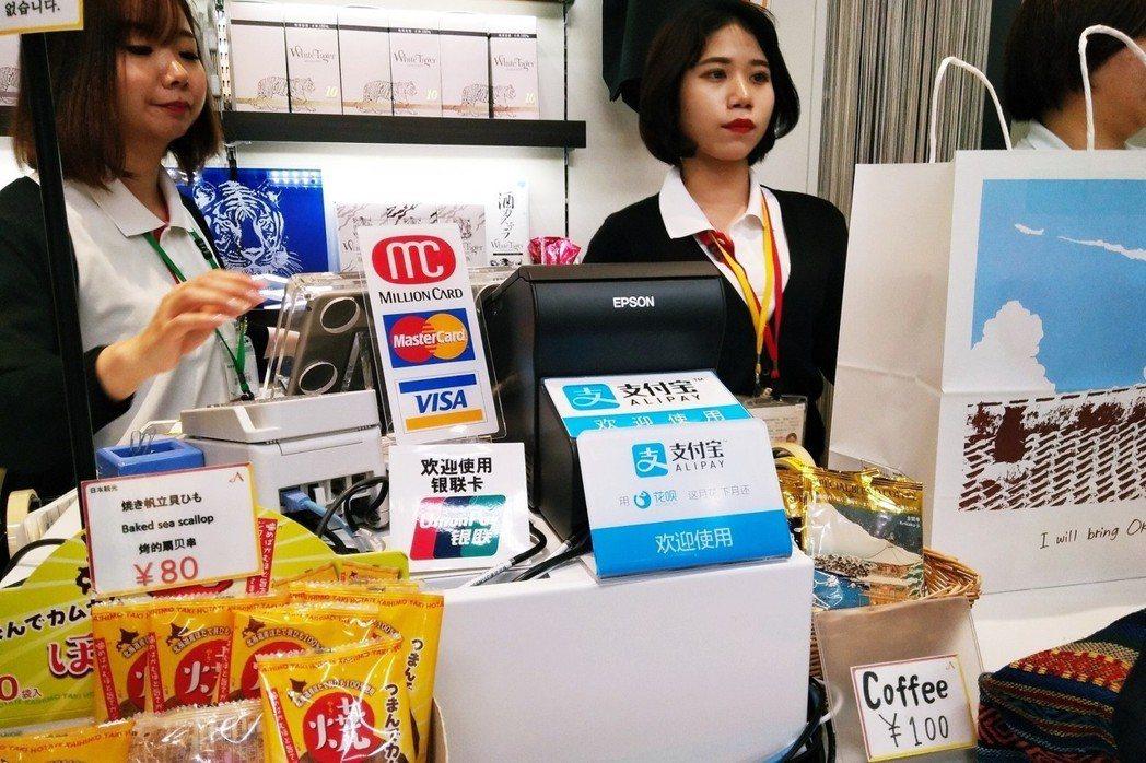 「別說是Apple Pay或支付寶了,就連信用卡交易都不一易全店普遍。」日本人長...