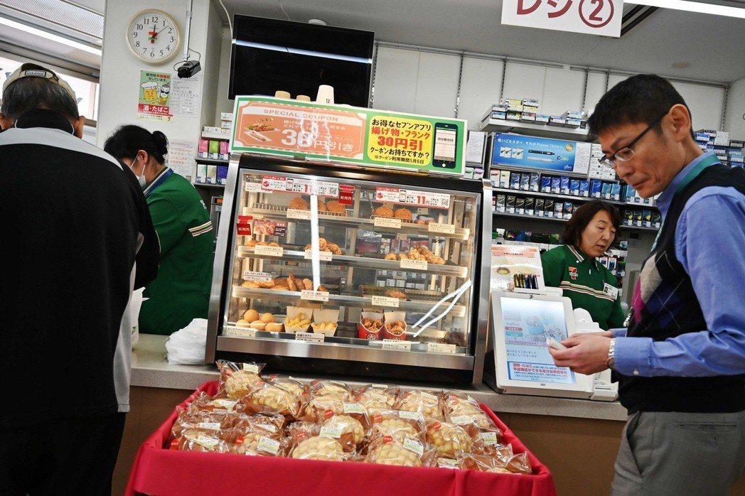 根據統計,全日本5萬5,000多家便利商店,每一天都必須丟棄掉數百噸的過期食品,...