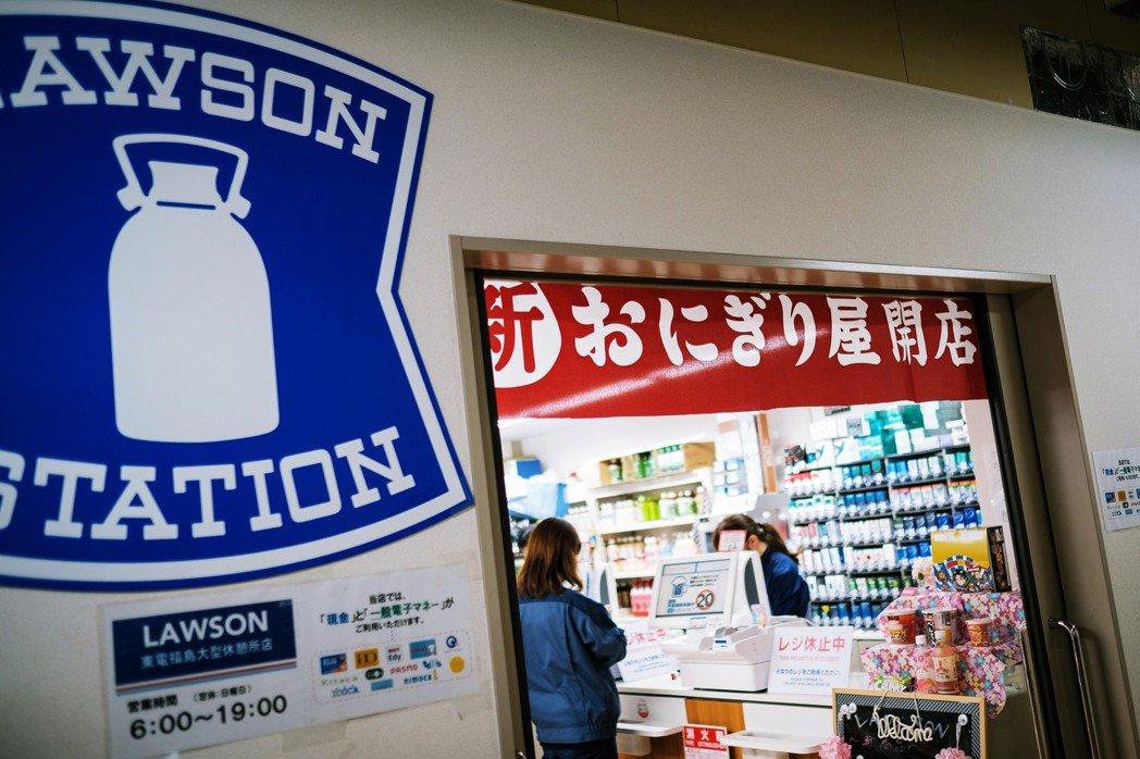 一般來說,日本超商的加盟業者,大多都得遵守「全年無休、24小時營業」的合約內容,...