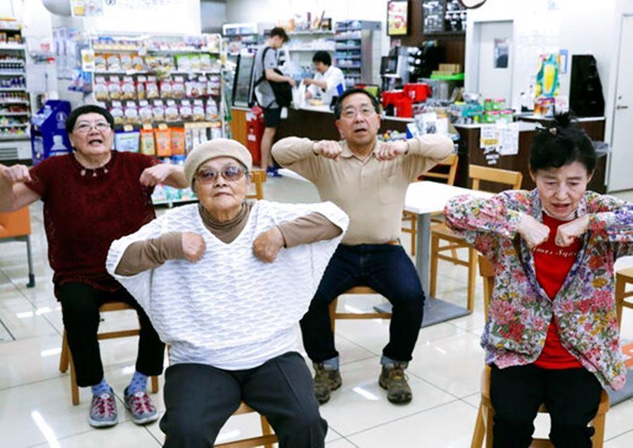 日本人如此依賴24小時便利超商其來有自。圖為日本超商結合社區長照功能,讓地方的爺...