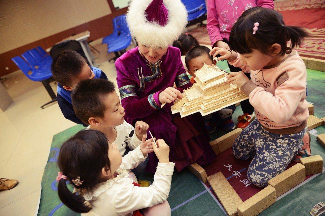 內蒙古自治區是官方宣傳的「模範自治區」。作為落實《民族區域自治法》的評鑑指標,自...
