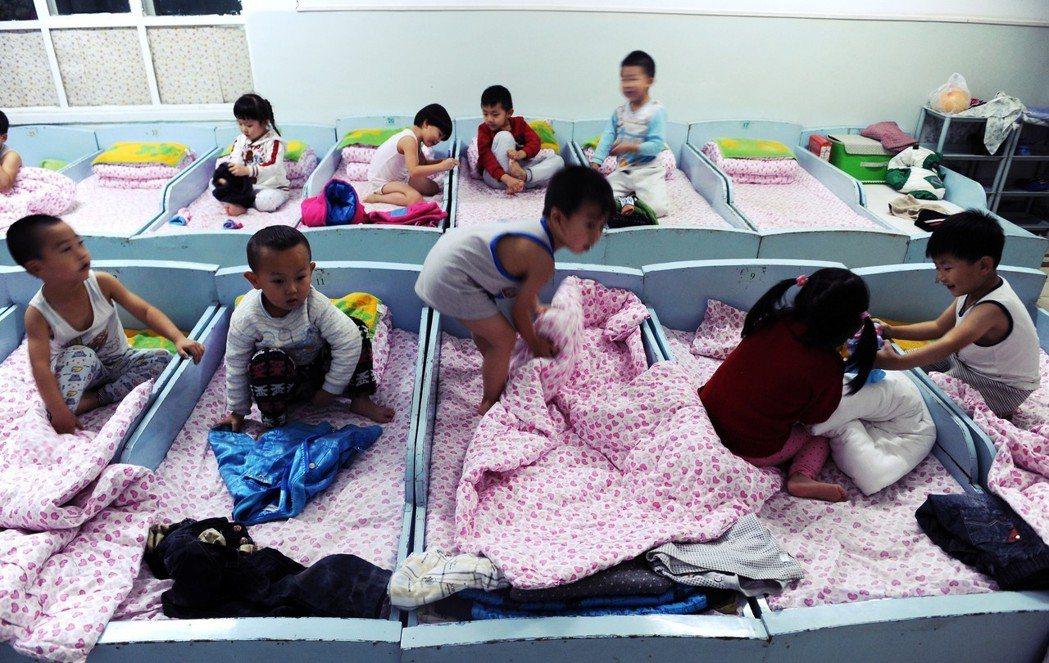 「這是我們蒙古族的傳統,年紀大的孩子要幫忙帶年紀小的孩子…而且,讓不同年紀的孩子...