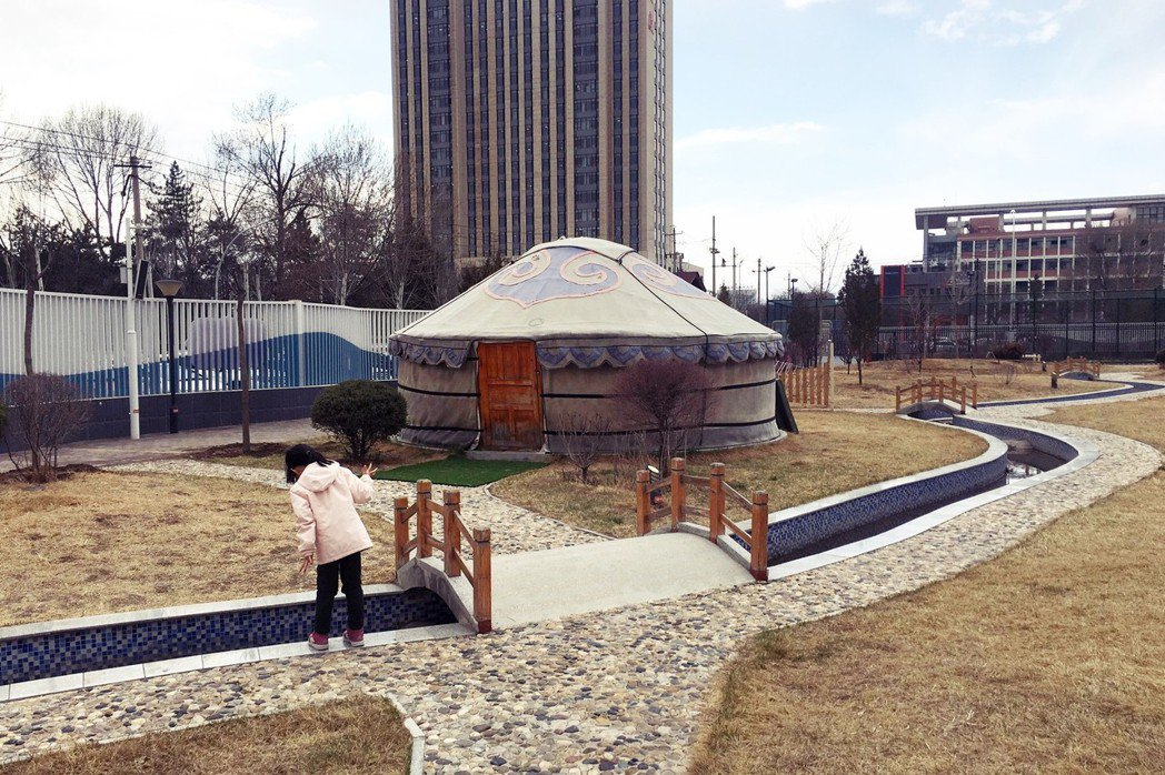除了遊樂設施仿照傳統蒙古包和勒勒車的造型,呼和浩特市蒙古族幼稚園的各建築物,外型...