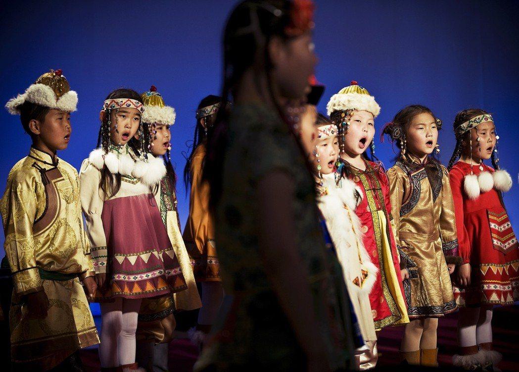 作為中國「民族示範幼稚園」,這裡也常常官老爺們參觀的對象,反映著「主流權力『凝視...