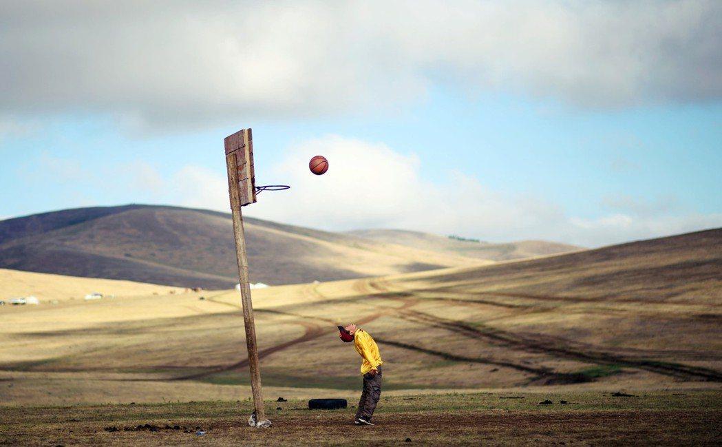 從過去到現代、草原到城市,「蒙古族幼稚園」中可以看見蒙古族的孩子們,如何成為「被...