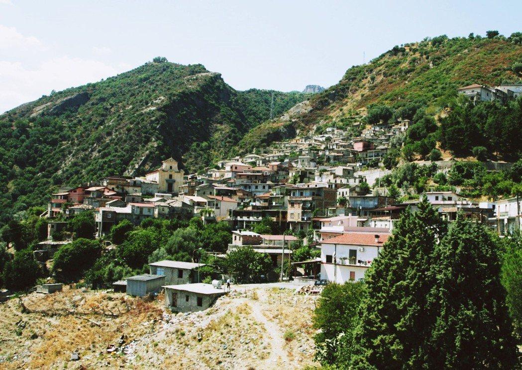 光榮會組織成員主要由義大利南部卡拉布里亞的鄉村、山區和落後地區的大量村民,和以家...
