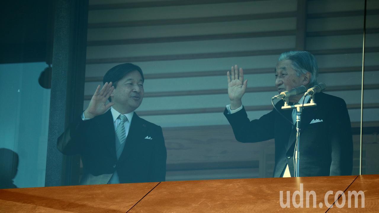 日皇明仁(右)今退位後,皇太子德仁(左)將成為第126代天皇。圖為今年父子倆人新...