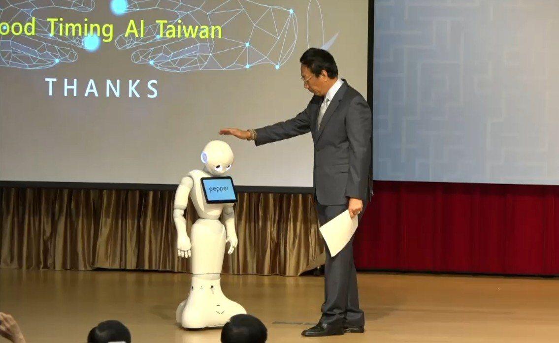 鴻海董事長郭台銘介紹機器人名叫「郭台銘愛台灣」。記者任忠泰/攝影