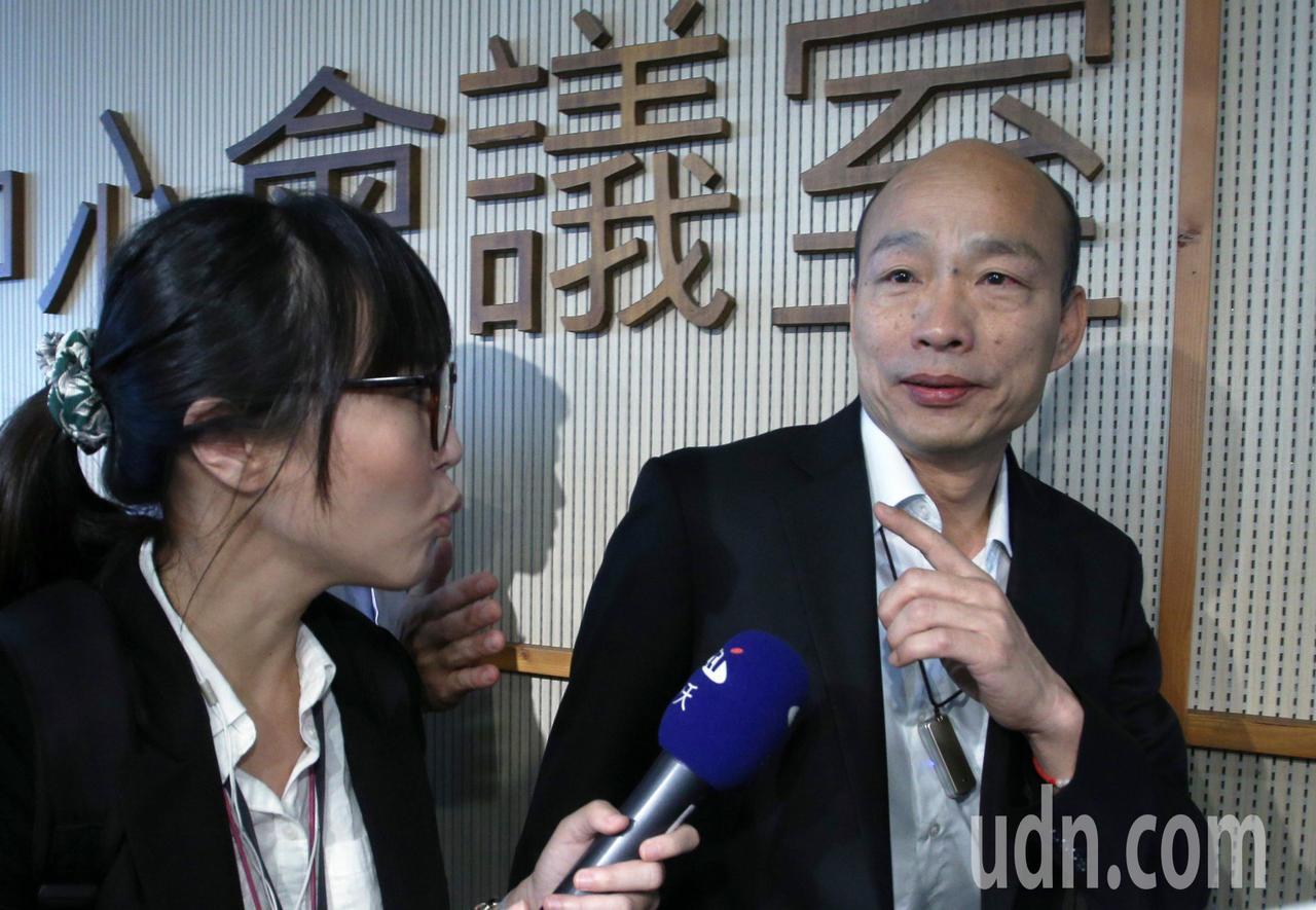 高雄市長韓國瑜(右)今天下午即將與吳敦義進行會談,上午韓國瑜在市府受訪,表示不會...