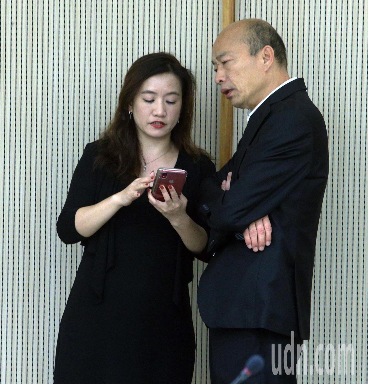 高雄市長韓國瑜(右)今天下午即將與吳敦義進行會談,受訪前與新聞局長王淺秋(左)討...