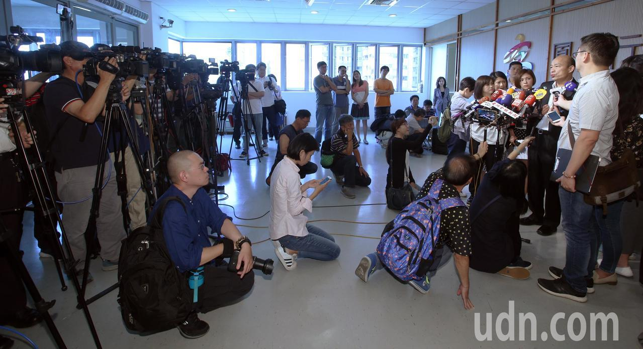 高雄市長韓國瑜今天下午即將與吳敦義進行會談,媒體關注兩人會談內容。記者劉學聖/攝...